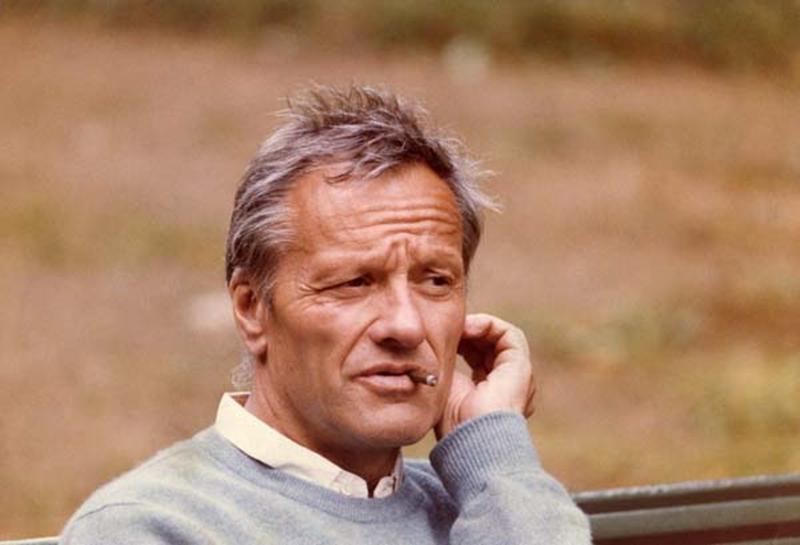 A force de passer son temps au téléphone pour proposer des solutions au football français, le bras de Pierre Mazeaud a cicatrisé sur son visage. Un fâcheux handicap, qui rend son ascension de l'Everest en 1978 et l'allumage de sa clope du premier coup malgré le coup de vent du 12 janvier 1983 d'autant plus incroyable. A ce titre, il a tout notre respect.